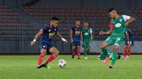 Saddil Ramdani (kiri) beraksi ketika Sabah FC menang 3-0 atas Kuching City FC dalam laga uji coba pada Minggu (28/3/2021). (Doc: Facebook Sabah Football Club).