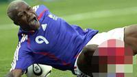 Striker Liverpool, Djibril Cisse, menderita dua cedera parah dalam kurun waktu yang tidak terlalu lama. Yang pertama dialaminya bersama Liverpool dan kedua saat membela Perancis melawan Cina. (kepoan.com)