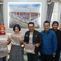 Para pemain Film Dilan 1991 bertemu Gubernur Jawa Barat Ridwan Kamil dalam rangka sosialisasi Hari Dilan. (Huyogo Simbolon)