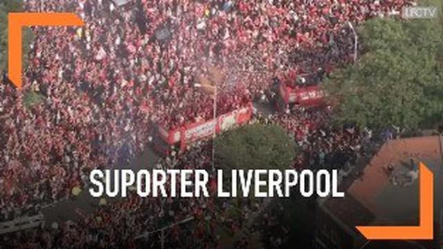 Suporter Liverpool memenuhi jalanan kota untuk menyambut parade kemenangan tim kecintaannya. Berikut adalah rekaman udara penuhnya suporter Liverpool.