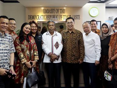 Sekretaris SCM Gilang Iskandar (empat kanan) bersama jajaran EMTEK dan SCM Group bertemu Duta Besar Timor Leste untuk Indonesia Alberto Carlos (tengah) di Jakarta, Kamis (9/8). Pertemuan membahas kerja sama di sektor media. (Liputan6.com/JohanTallo)