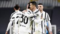 Striker Juventus, Cristiano Ronaldo, melakukan selebrasi bersama rekannya usai mencetak gol ke gawang Spezia pada laga Liga Italia di Stadion Allianz, Selasa (2/3/2021). Juventus menang telak 3-0. (Marco Alpozzi/LaPresse via AP)