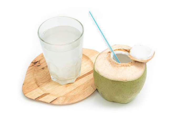 Air kelapa alami banyak manfaatnya./Copyright shutterstock.com