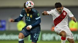 Argentina membuka keunggulan di menit ke-43. Lautaro Martinez sukses mengkonversi umpan cantik yang diberikan oleh Nahuel Molina lewat tandukan kepalanya. Papan skor berubah menjadi 1-0 dan bertahan hingga babak pertama usai. (AP/Gustavo Garello)