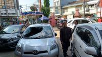 Kondisi mobil yang terparkir di mall Cirebon usai kejatuhan salah seoran pengunjung yang diduga nekat melompat dari lantai dua. Foto (Liputan6.com / Panji Prayitno)