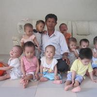 Pria ini mendedikasikan dirinya menjadi ayah dari lebih 100 anak di Vietnam. (Sumber Foto: viral4real)