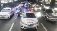 Polisi Filipina mengawal rombongan jurnalis Indonesia menuju tempat pembukaan SEA Games 2019 di Philippine Arena, Sabtu (30/11/2019). (Bola.com/Muhammad Iqbal Ichsan)