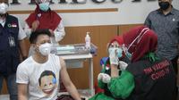Ariel Noah termasuk 10 pionir vaksinasi Covid-19 Kota Bandung. Ia disuntik di Rumah Sakit Khusus Ibu dan Anak (RSKIA), Kamis, 14 Januari 2021. (Foto: Liputan6.com/Dikdik Ripaldi)