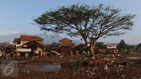 Kondisi sejumlah rumah yang diterjang banjir bandang aliran Sungai Ciamanuk di Kampung Cimacan, Kecamatan Tarogong, Kabupaten Garut, Kamis (22/9). Berdasarkan data sementara Basarnas Jabar, 23 orang tewas dan belasan hilang. (Liputan6.com/Johan Tallo)