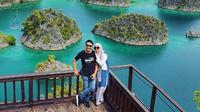 Fenita Arie bersama sang suami di Raja Ampat. (dok. Instagram @fenitarie/https://www.instagram.com/p/B57aVdYlpPT//Adhita Diansyavira)