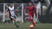 Striker Bangka Belitung, Zahra Muzdalifah, mengejar bola saat melawan Sumatra Utara pada laga Piala Pertiwi 2019 di Lapangan NYTC, Sawangan, Rabu (24/4). Babel unggul 5-0 atas Sumut. (Bola.com/Yoppy Renato)