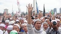 Massa aksi Reuni 212 membanjiri kawasan Monas, Jakarta, Sabtu (2/12). Panitia penyelenggara mengatakan Reuni Akbar 212 dihadiri oleh sekitar 7 juta umat Islam dari berbagai daerah baik dalam maupun luar Ibu Kota. (Liputan6.com/Herman Zakharia)