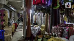 Suasana pusat penjualan pakaian dan tekstil di Pasar Tanah Abang Blok B, Jakarta, Selasa (19/1/2021). Produksi pakaian diprediksi akan membaik pada posisi 3,75 persen pada tahun ini. (Liputan6.com/Johan Tallo)