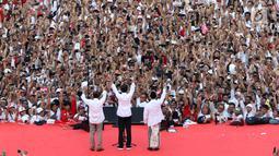 Capres nomor urut 01 Joko Widodo atau Jokowi didampingi Cawapres Ma'ruf Amin dan Wapres Jusuf Kalla saat menghadiri kampanye akbar di Stadion Utama GBK, Senayan, Jakarta, Sabtu (13/4). Kampanye yang dihadiri 500 musisi artis dan budayawan bertajuk Konser Putih Bersatu. (Liputan6.com/Angga Yuniar)