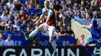 Aksi pemain West Ham United, Marko Arnautovic melakukan kontrol bola saat melawan Leicester City pada lanjutan Premier League di King Power Stadium, Leicester, (5/5/2018).  West Ham menang 2-0. (AFP/Lindsey Parnaby)
