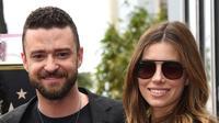 Personel boyband NSYNC Justin Timberlake berfoto bersama Jessica Biel saat menghadiri upacara penerimaan Hollywood Walk of Fame di Los Angeles (30/4). (Jordan Strauss / Invision / AP)