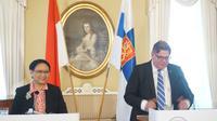 Pertemuan bilateral Menlu RI Retno Marsudi (kiri) dan Menlu Finlandia Timo Soini di Helsinki (18/6) (sumber: Kemlu RI)