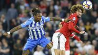 Duel pemain Brighton, Gaetan Bong (kiri0 dengan pemain Manchester United, Marouane Fellaini pada lanjutan Premier League di AMEX Stadium, Brighton, (4/5/2018). MU kalah 0-1 dari Brighton. (Gareth Fuller/PA via AP)