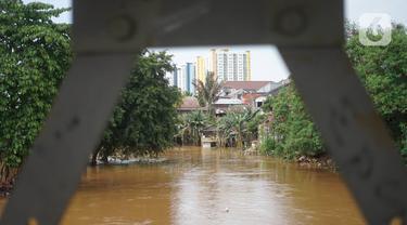 Sungai Ciliwung meluap saat banjir merendam kawasan Rawajati, Jakarta Selatan, Sabtu (8/2/2020). Hujan yang terjadi semalaman menyebabkan Sungai Ciliwung kembali meluap hingga membuat rumah warga di kawasan tersebut terendam air setinggi 50 cm hingga 1 m. (Liputan6.com/Immanuel Antonius)