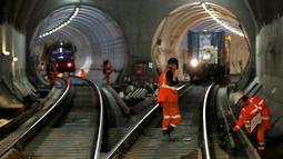 Aktivitas pembangunan proyek jalur kereta bawah tanah di Stepney, London timur, Inggris, (16/11). Jalur kereta bawah tanah ini akan menghubungkan kereta api dengan daerah-daerah terpencil di sebelah timur dan barat London. (REUTERS/Stefan Wermuth)