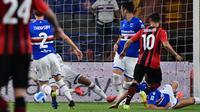 Pemain AC Milan Brahim Diaz (kanan) mencetak gol ke gawang Sampdoria pada pertandingan Serie A di Stadion Luigi Ferraris, Genova, Italia, 23 Agustus 2021. AC Milan menang 1-0. (MIGUEL MEDINA/AFP)