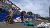 Warga Kelurahan Limba UI, Kota Selatan, Kota Gorontalo terpaksa harus memblokade jalan dengan tumpukan sampah. (Liputan6.com/Gorontalo)