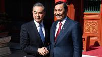 Menteri Luar Negeri China, Wang Yi berjabat tangan dengan Menko Kemaritiman Indonesia, Luhut Pandjaitan sebelum melakukan pertemuan di Wisma Negara Diaoyutai, Beijing. Rabu (24/10). (Daisuke Suzuki/Pool via AP)