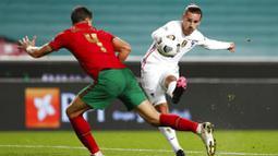 Penyerang Prancis, Antoine Griezmann, melepaskan tendangan saat melawan Portugal  pada laga UEFA Nations League di Stadion Da Luz, Minggu (15/11/2020). Prancis menang dengan skor 1-0. (AP/Armando Franca)