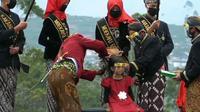Prosesi ruwat atau pemotongan rambut gimbal dalam Dieng Culture Festival, di Dieng, Banjarnegara, Jawa Tengah. (Foto: Liputan6.com/Pokdarwis Dieng Kulon)