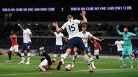 Gelandang Manchester United, Paul Pogba dilanggar pemain Tottenham Hotspur, Eric Dier dalam laga Liga Inggris di Stadion Tottenham, London, Jumat (19/6/2020). Manchester United (MU) berhasil mencuri poin di markas Tottenham Hotspur dengan skor imbang 1-1.  (AP/Shaun Botterill, Pool)