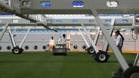 Pekerja mengurus lapangan Stadion Al Janoub di Doha, Qatar, Senin (16/12/2019). Stadion Al Janoub dirancang oleh Zaha Hadid. (AP Photo/Hassan Ammar)