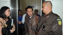 Terdakwa Udar Pristono saat tiba untuk menjalani sidang perdana kasus korupsi TransJakarta TA 2012 di Pengadilan Tipikor, Jakarta,Senin (6/4/2015). Sidang ditunda karena tim kuasa hukum terdakwa tidak hadir. (Liputan6.com/Herman Zakharia)