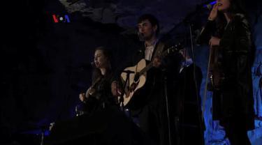 Menikmati konser musik Bluegrass di tengah akustik gua Cumberland Caverns yang nyaris sempurna. VOA