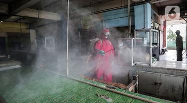 Petugas menyemprotkan Cairan Disinfektan di Pasar Palmerah, Jakarta, Kamis (25/6/2020). Pada hari ini pasar pelmerah resmi ditutup selama 3 hari kedepan dikarenakan 9 pedagang dinyatakan positif Covid-19. (Liputan6.com/Johan Tallo)