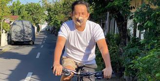 Kabar bahagia datang dari Hanung Bramantyo. Setelah berjuang melawan virus Covid-19, kini Hanung telah dinyatakan negatif dari virus tersebut. Selama 10 hari ia melakukan isolasi. Lewat unggahan sang istri, Zaskia Adya Mecca, kabar bahagia tersebut dibagikan. (Instagram/hanungbramantyo)