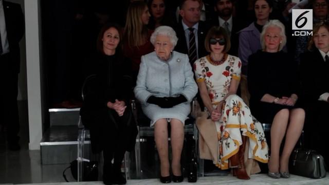 Ratu Elizabeth II menghadiri London Fashion Week