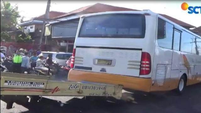Diduga akibat rem blong sebuah bus pariwisata menabrak enam mobil dan dua sepeda motor di jalan Uluwatu, Badung, Bali, pada Jumat siang 13 April 2018.