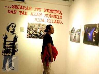 Pengunjung mengamati karya fotografi dalam Roadshow Pameran Fotografi Jurnalistik Anugerah Pewarta Foto Indonesia (APFI) 2016 di Galeri Foto Jurnalistik Antara, Jakarta, Minggu (9/10). (Liputan6.com/Gempur M. Surya)
