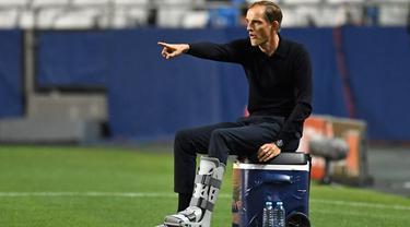 Pelatih PSG, Thomas Tuchel menginstruksikan pemainnya saat bertanding melawan RB Leipzig pada semifinal Liga Champions di stadion Luz di Lisbon pada 18 Agustus 2020. Thomas Tuchel resmi menjadi pelatih baru Chelsea. (AFP/Pool/ David Ramos)