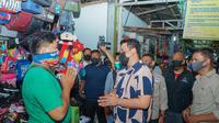 Bobby Nasution menyempatkan diri berbelanja kebutuhan pokok di Pasar Kampung Lalang, Kota Medan.
