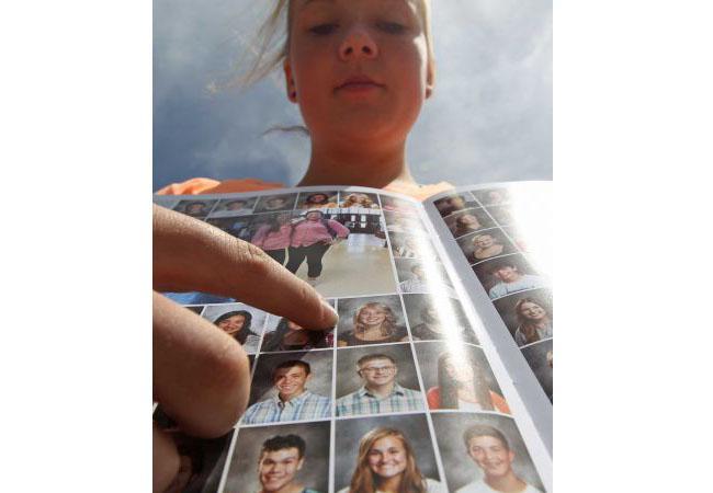 Rachel Russell menunjukkan fotonya di buku tahunan | Foto: copyright abc13.com