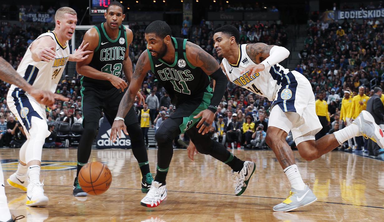 Pemain Boston Celtics, Kyrie Irving (11) berusaha melewati pemain Denver Nuggets, Mason Plumlee (kanan) pada laga NBA basketball game di Pepsi Center, Denver, (29/1/2018). Celtics menang 111-110. (AP/David Zalubowski)