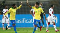 Penyerang Timnas Brasil, Neymar, berhasil mencetak tiga gol sekaligus membantu timnya menang 4-2 atas Peru pada laga lanjutan kualifikasi Piala Dunia 2022 zona Amerika Selatan, di Estadio Nacional de Lima, Rabu (14/10/2020) pagi WIB. (AFP/Daniel Apuy)