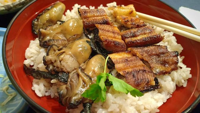 Makanan dengan lauk tiram di Hiroshima. (Liputan6.com/ Mevi Linawati)
