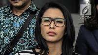Ekspresi artis peran Tyas Mirasih usai membuat laporan di Polda Metro Jaya, Jakarta, Rabu (21/3). (Liputan6.com/Faizal Fanani)