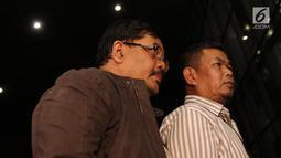 Kepala Dinas Pekerjaan Umum dan Penataan Ruang (PUPR) Tulungagung, Sutrisno (kiri) saat tiba di Gedung KPK, Jakarta, Kamis (7/6). Sutrisno ditangkap oleh KPK dalam Operasi Tangkap Tangan (OTT) di Blitar dan Tulungagung. (Liputan6.com/Herman Zakharia)