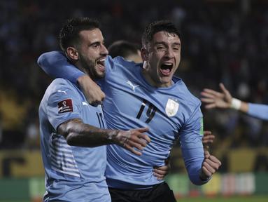 Gelandang Uruguay, Gaston Pereiro berselebrasi dengan Sebastian Coates setelah mencetak gol ke gawang Ekuador pada lanjutan Kualifikasi Piala Dunia 2022 zona Amerika Selatan di Estadio Campeón del Siglo, Jumat (10/9/2021). Uruguay menang tipis 1-0 lewat gol gasto Pereiro. (Raul Martinez/Pool via AP)
