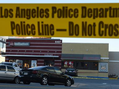 Garis polisi terpasang di luar sebuah restoran cepat saji, di Hollywood, California setelah aksi penyerangan dengan pisau, Selasa (31/1). Dua orang kritis dan satu lainnya luka ringan, sementara tersangka penusukan tewas ditembak mati. (Robyn Beck/AFP)