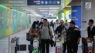 Penumpang antre untuk menaiki kereta MRT di Stasiun Dukuh Atas, Jakarta, Senin (29/7/2019). Hingga Juli 2019, penumpang per hari Ratangga (nama kereta MRT) mencapai angka rata-rata tertinggi sebanyak 94.824 penumpang atau naik sebesar 15,9 persen dibanding Juni. (Liputan6.com/Faizal Fanani)