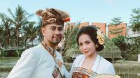 Raffi Ahmad dan Nagita Slavina dengan pakaian adat Bali (Sumber: Instagram/raffinagita1717)